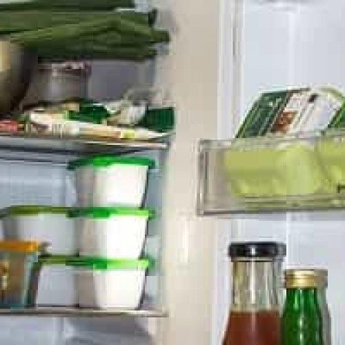 Hvor skal maten ligge eller stå i kjøleskapet?